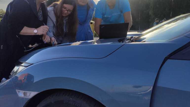 IT-meeskonnad orienteerusid õhtu hämaruses autodega